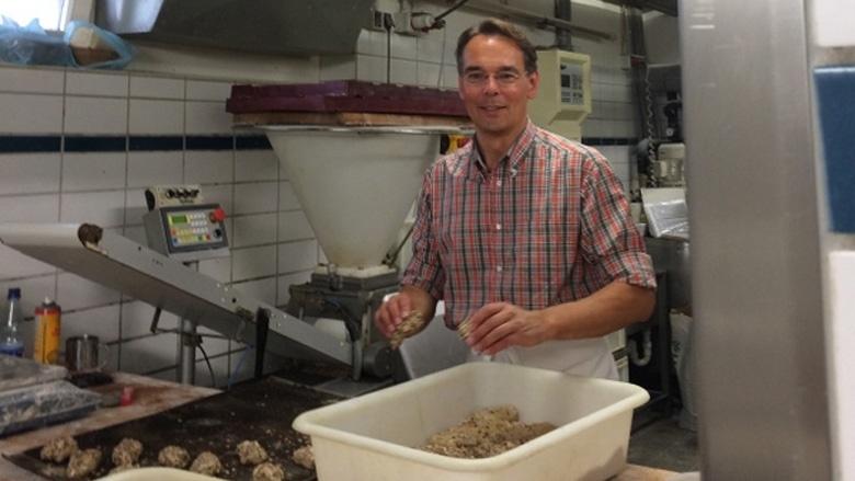 Ingbert Liebing in der Backstube der Bäckerei Jürgen Ingwersen in Morsum