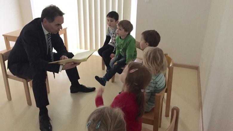 Ingbert Liebing, MdB liest für Kita-Kinder in Niebüll