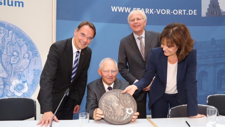 """Dr. Wolfgang Schäuble mit dem """"Konrad-Adenauer-Sonderpreis für Kommunalpolitik"""