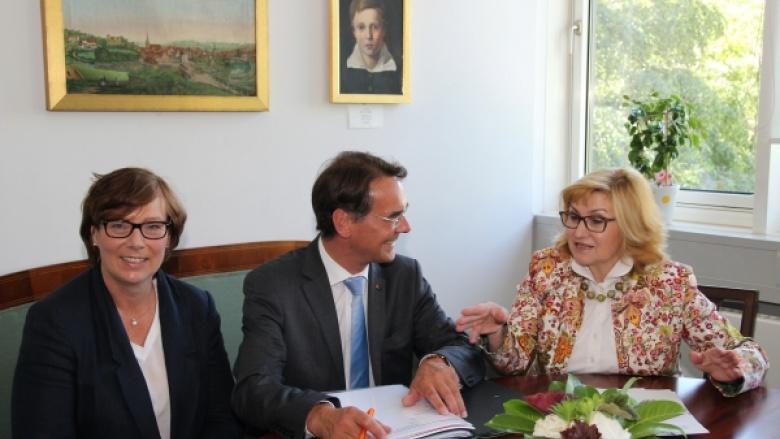 Ingbert Liebing, MdB mit der Bundestagsabeordneten für Flensburg, Sabine Sütterlin-Waack, MdB (links) und der Flensburger Stadtpräsidentin Swetlana Krätschmar (rechts)